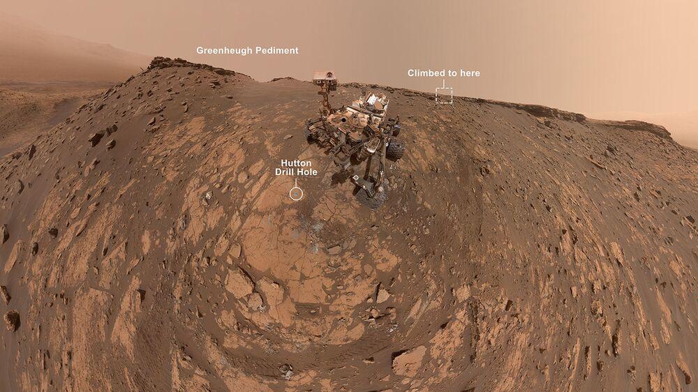 "Selfie Curiosity z Marsu u strmého písčitého svahu pod ""štítem Greenhue"