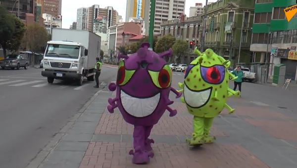 Video: Nejnovější postup v boji proti koronaviru. Policisté hlídají město v kostýmech v podobě koronaviru - Sputnik Česká republika