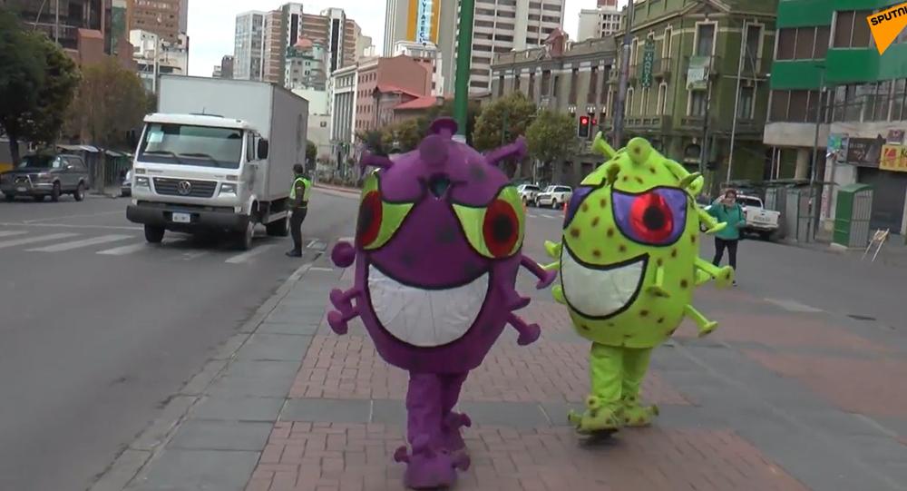 Video: Nejnovější postup v boji proti koronaviru. Policisté hlídají město v kostýmech v podobě koronaviru