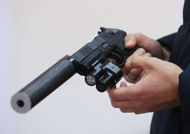 Automatická pistol Udav s lazerovým zaměřovačem a tlumičem