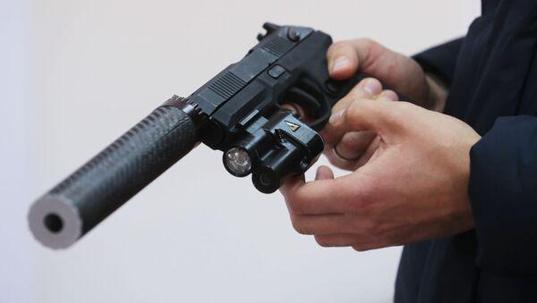 Automatická pistol Udav s lazerovým zaměřovačem a tlumičem - Sputnik Česká republika