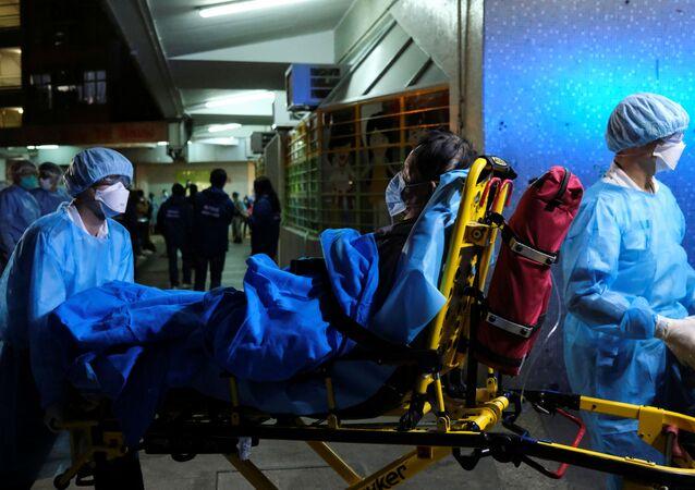 Záchranáři přepravují pacienta v Hongkongu