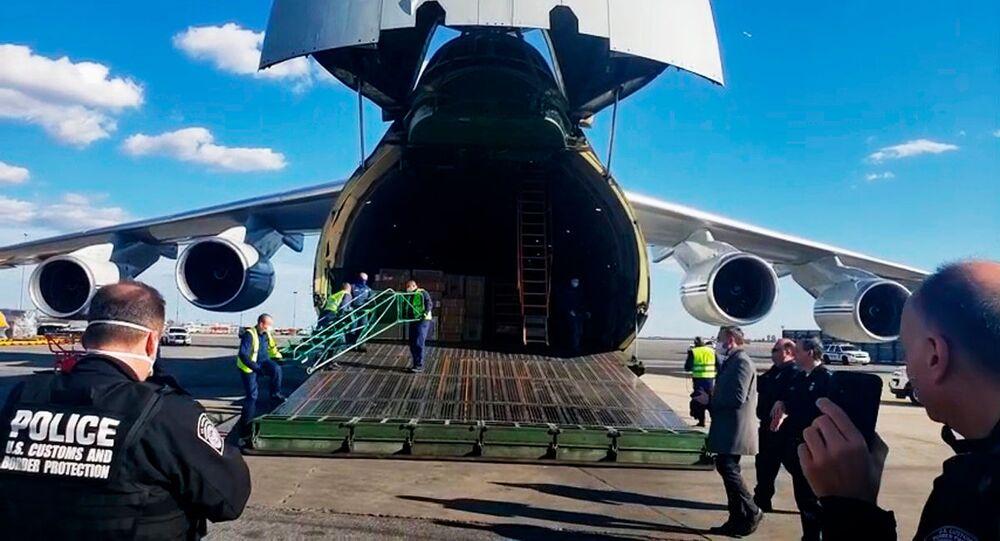 Ruský letoun An-124 se zdravotnickým materiálem na letišti v New Yorku