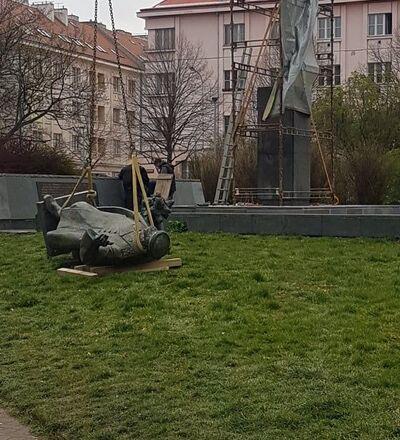 V Praze byl 3. dubna 2020 demontován památník maršála Koněva