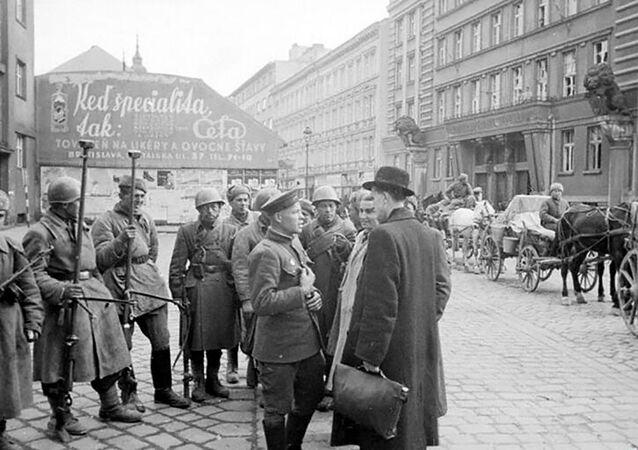 Obyvatelé Bratislavy hovoří s vojáky Rudé armády