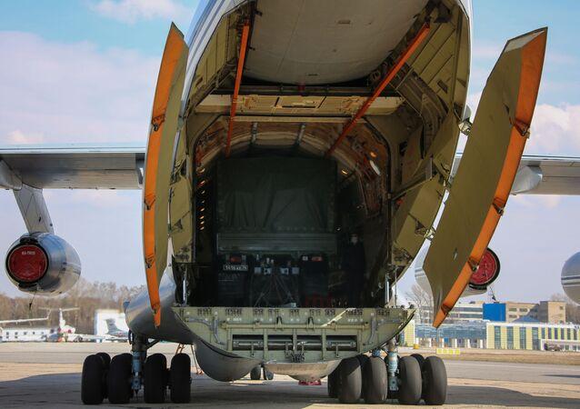 Letadlo Il-76 vojensko-transportního letectva VKS RF se zařízením na pomoc Srbsku v boji s koronavirem