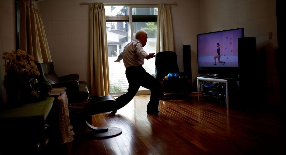 Japonský sportovec Ryuichi Nagayama (86) cvičí doma