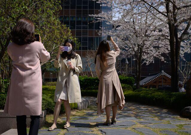 Pracovníci kanceláří v ochranných maskách v centru Soulu