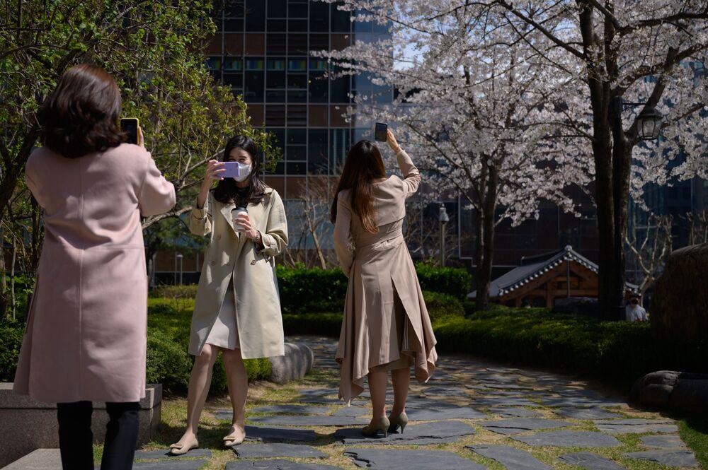 Pracovníci kanceláří v rouškách. Soul, Jižní Korea
