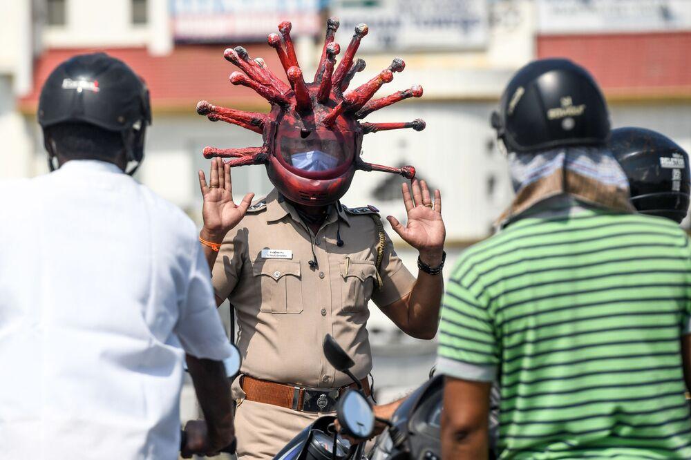 Policista v masce v indickém městě Čennai