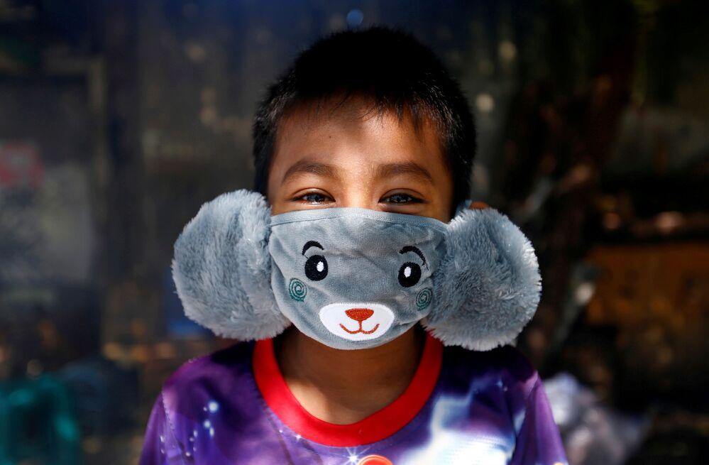 Chlapec v improvizované roušce. Jakarta, Indonésie