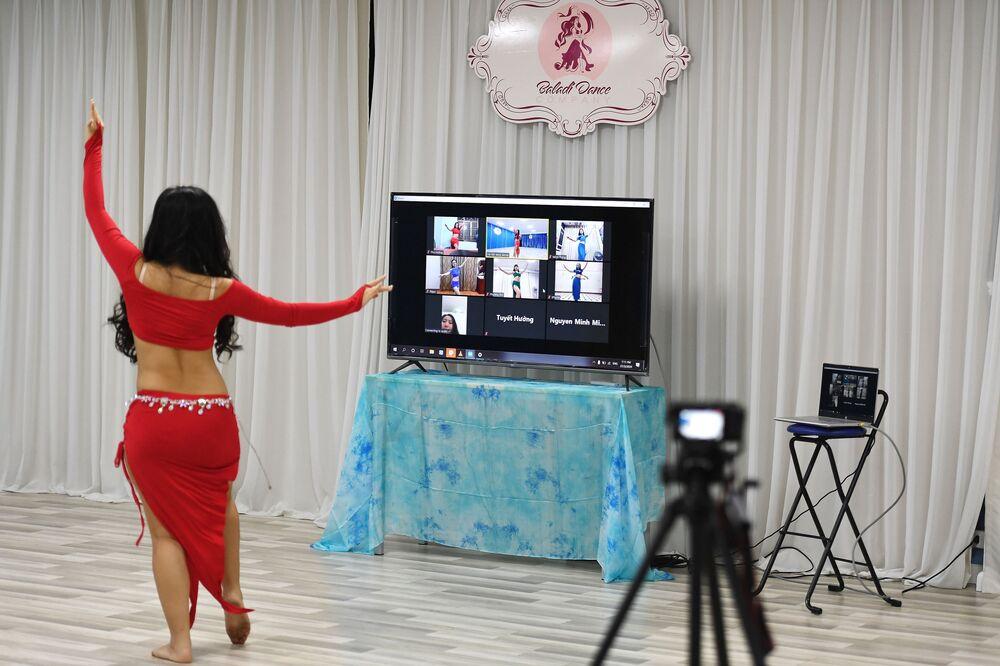 Učitelka tance během online lekce. Hanoj, Vietnam