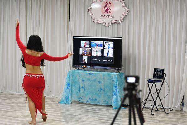 Učitelka tance během online lekce. Hanoj, Vietnam  - Sputnik Česká republika