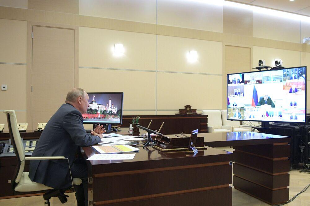 Ruský prezident Vladimir Putin pořádá videokonferenci s členy ruské vlády