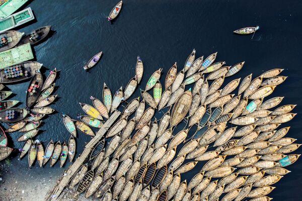 Převozníci na lodích čekají na cestující. Dháka, Bangladéš  - Sputnik Česká republika