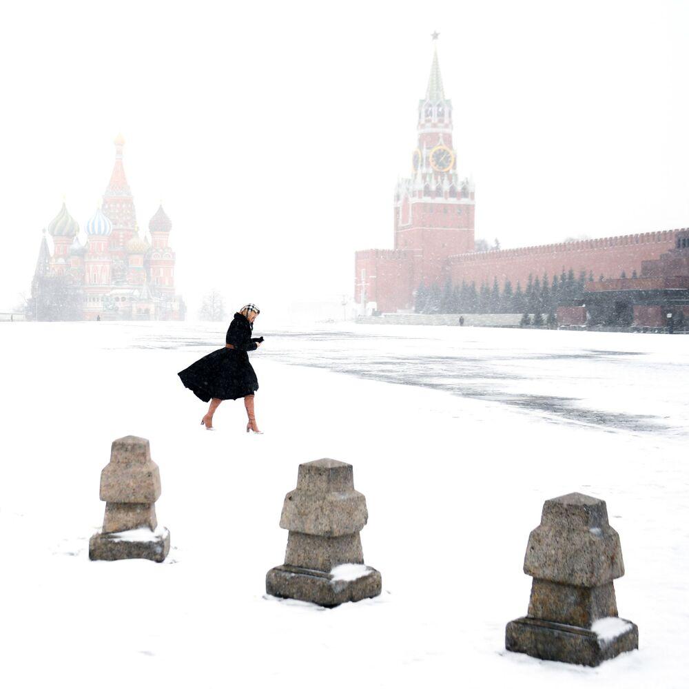 Žena na Rudém náměstí v Moskvě