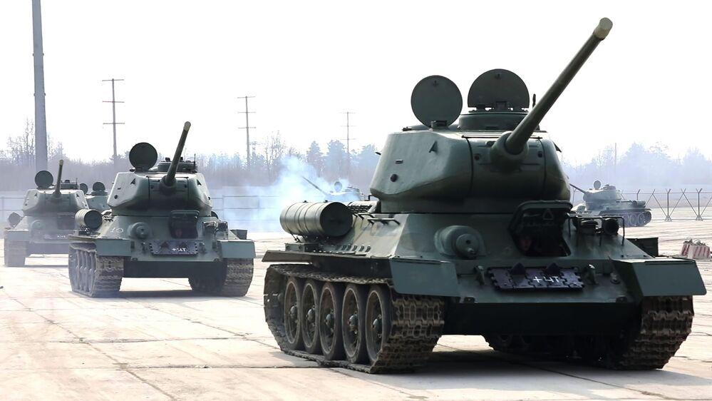 Tanky T-34 po generálních opravách na cvičišti Alabino. Moskevská oblast, Rusko.