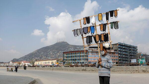 Chlapec prodává roušky v Kábulu. - Sputnik Česká republika