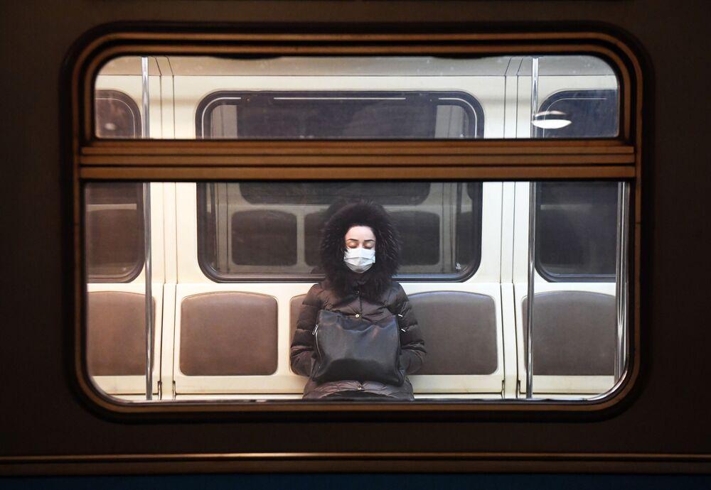 Žena v moskevském metru během karantény