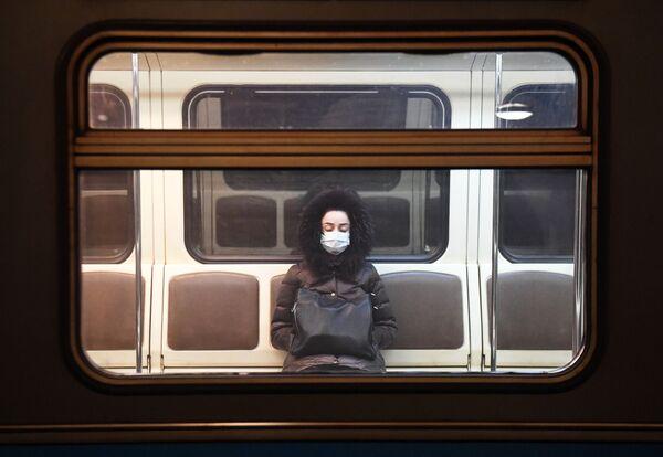 Žena v moskevském metru během karantény  - Sputnik Česká republika