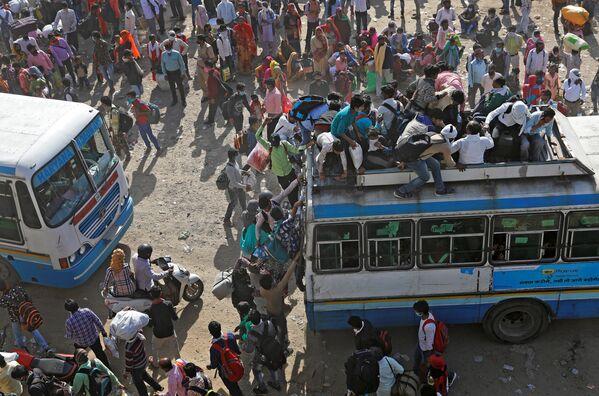 Pracující migranti v přeplněných autobusech. Nové Dillí, Indie  - Sputnik Česká republika