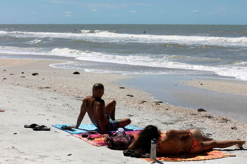 Lidé odpočívají na zavřené pláži kvůli koronaviru. Treasure Island, Spojené státy