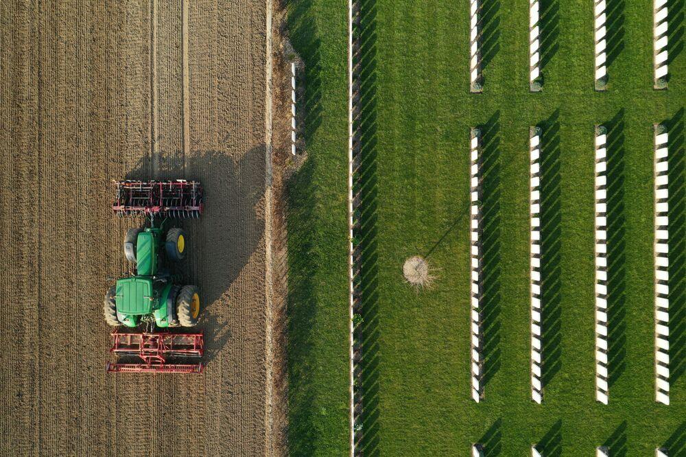 Farmář připravuje půdu pro setí cukrové řepy. Anneux, Francie