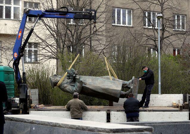 Demontáž pomníku maršálovi Konevovi v Praze