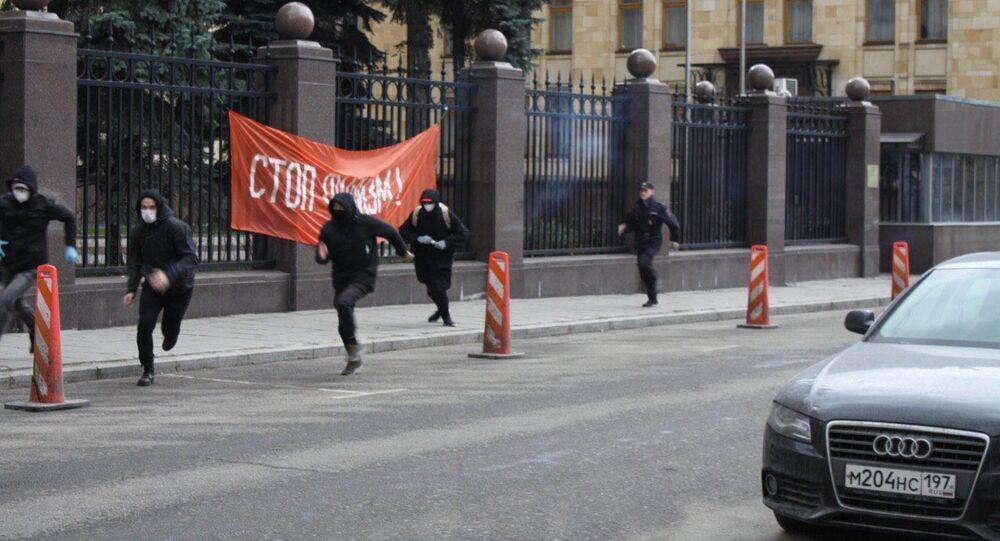 Akce aktivistů strany Jiné Rusko u českého velvyslanectví v Moskvě