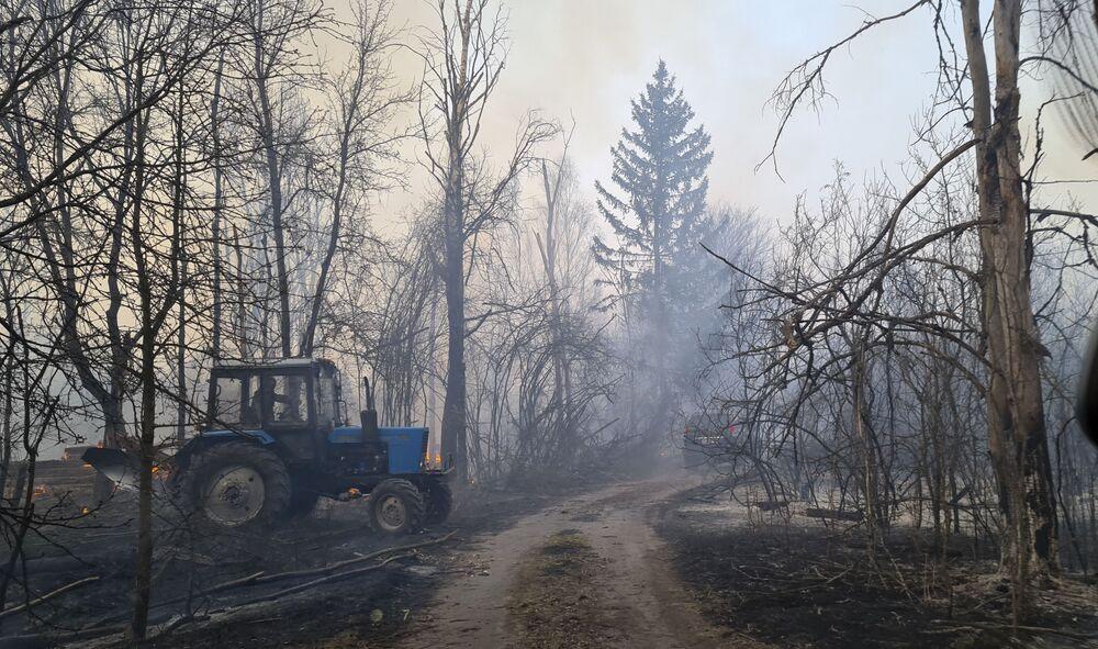 Hořící les poblíž vesnice Volodymyrka v Černobylské uzavřené zóně