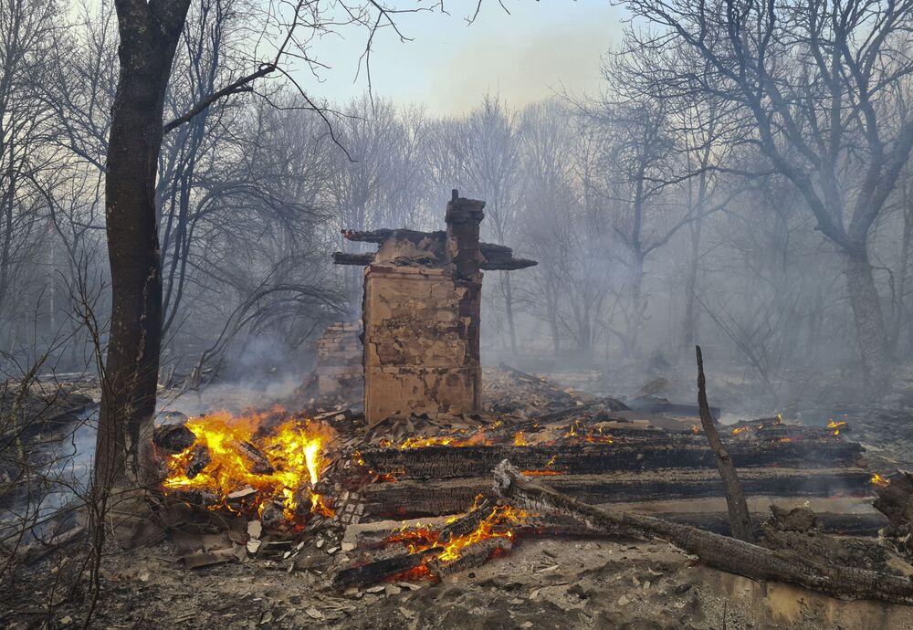 Hořící les poblíž vesnice Volodymyrka v Černobylské uzavřené zóně.