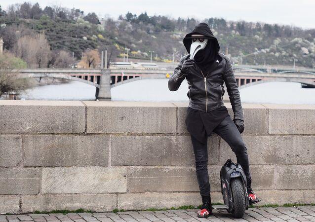 Muž v prázdných ulicích Prahy. Ilustrační foto
