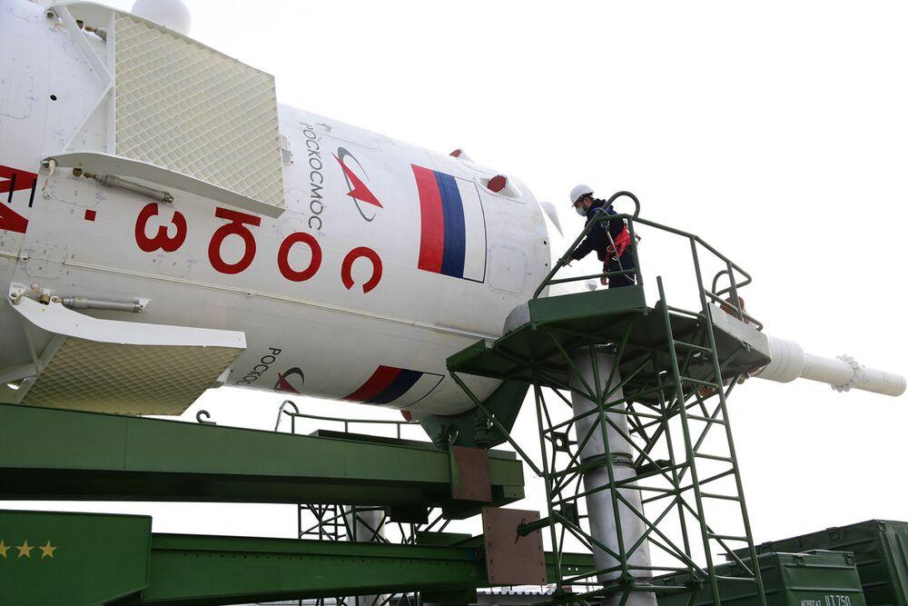 Vývoz nosné rakety Sojuz-2.1a a pilotované lodi Sojuz MS-16 na startovací plochu číslo 31.
