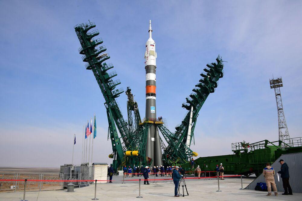 Instalace nosné rakety Sojuz-2.1a s pilotovanou lodí Sojuz MS-16. Startovací plocha číslo 31., kosmodrom Bajkonur.