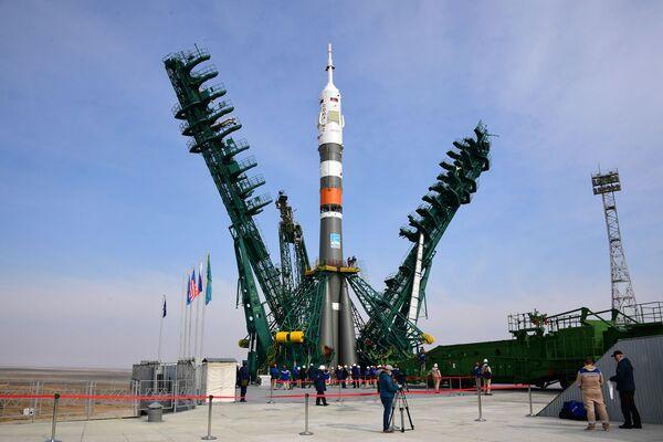 Instalace nosné rakety Sojuz-2.1a s pilotovanou lodí Sojuz MS-16. Startovací plocha číslo 31., kosmodrom Bajkonur.  - Sputnik Česká republika