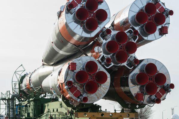 Vývoz nosné rakety Sojuz-2.1a a pilotované lodi Sojuz MS-16 na startovací plochu číslo 31. - Sputnik Česká republika