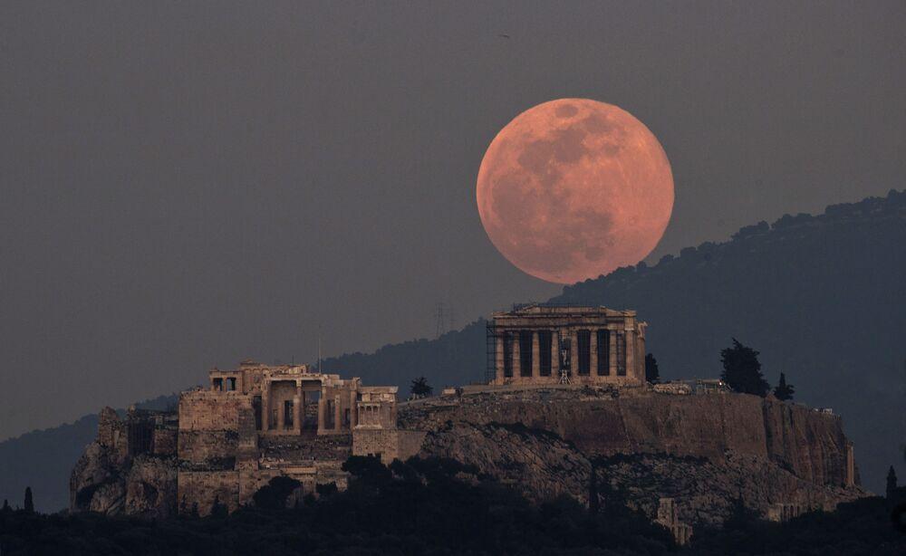 Měsíc nad Parthenónem v Aténách
