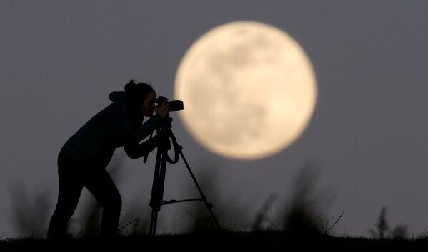 Žena fotí superúplněk  v Bosně a Hercegovině  - Sputnik Česká republika