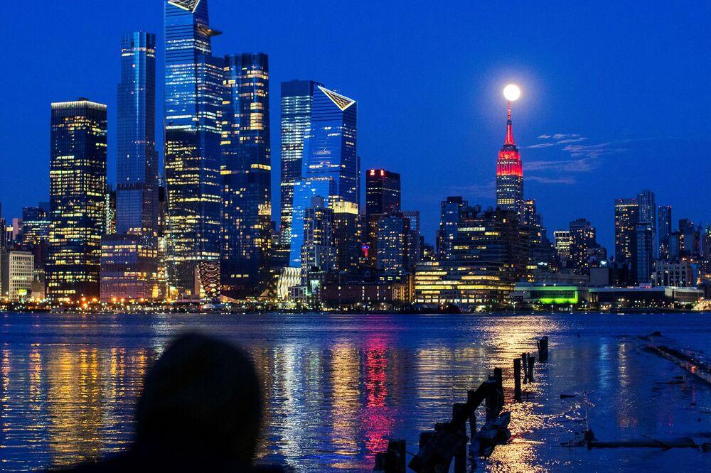 Měsíc nad Empire State Building v New Yorku