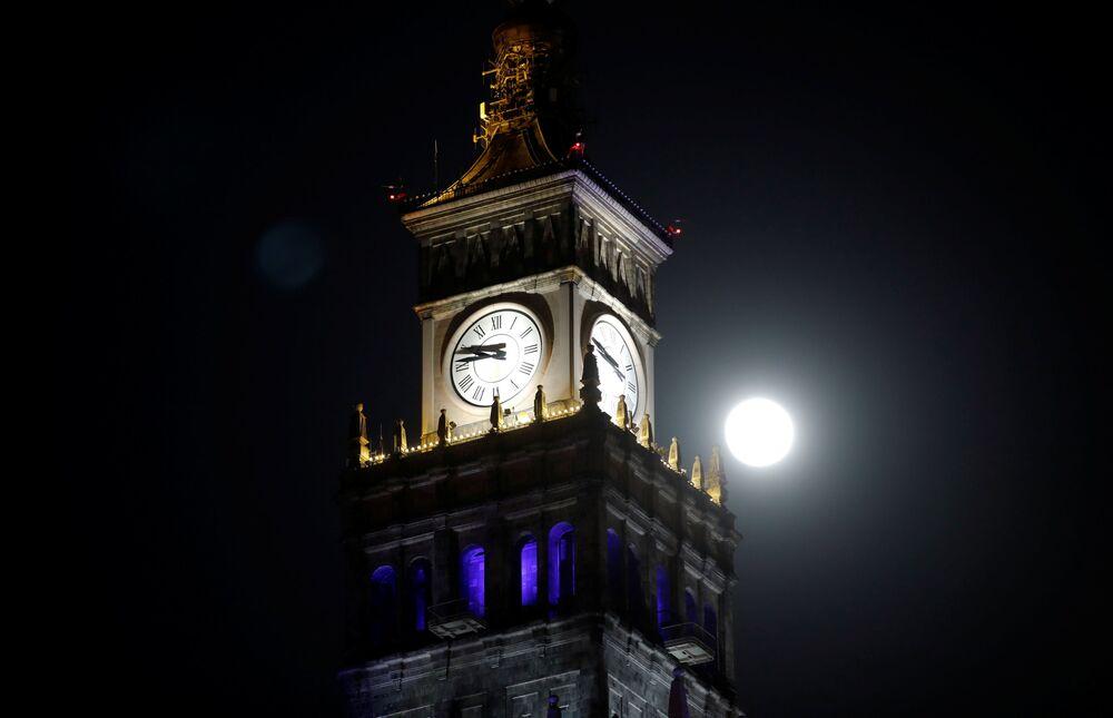 Měsíc nad palácem kultury a vědy ve Varšavě