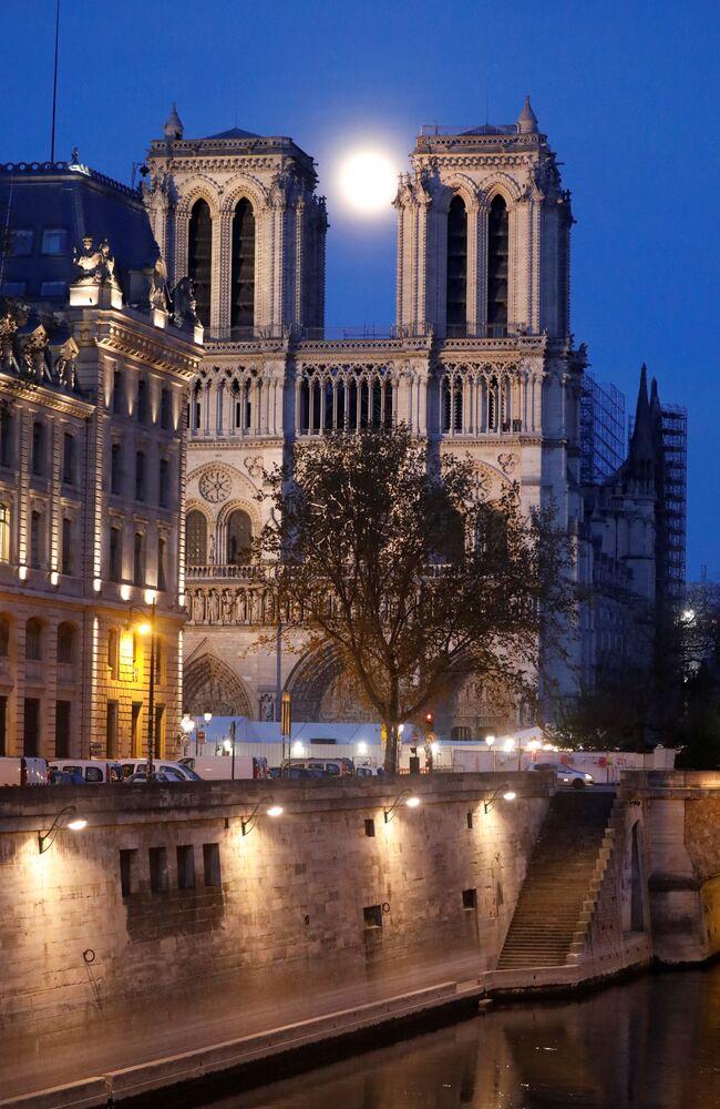 Měsíc na pozadí katedrály Notre-Dame v Paříži