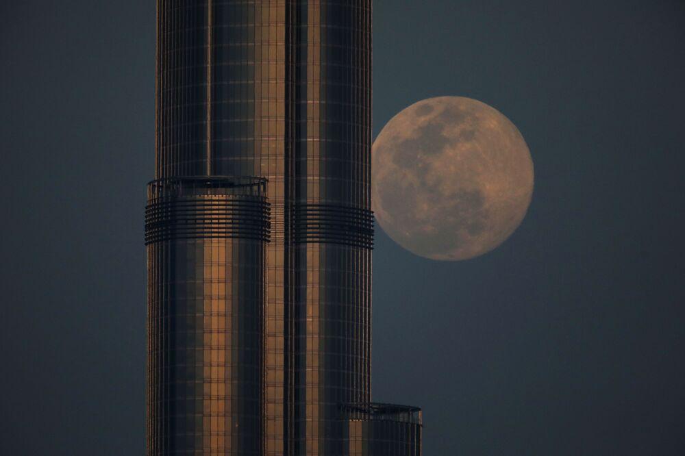 Měsíc na pozadí Burdž Chalífy v Dubaji