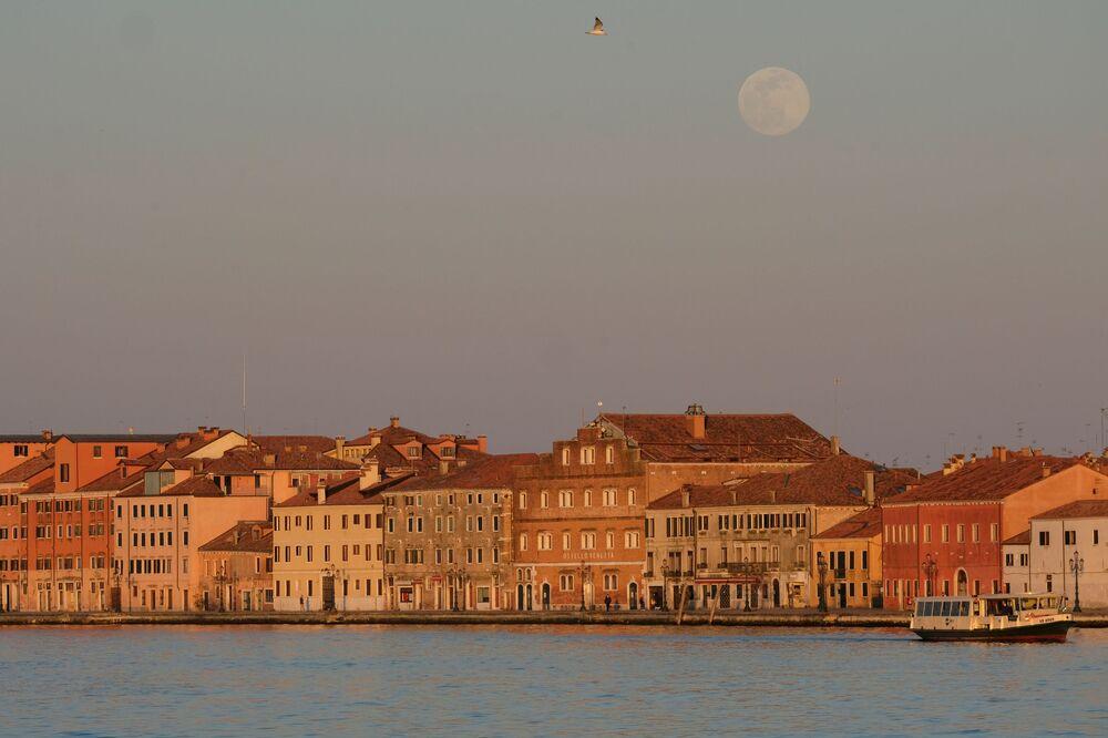 Měsíc nad Benátkami