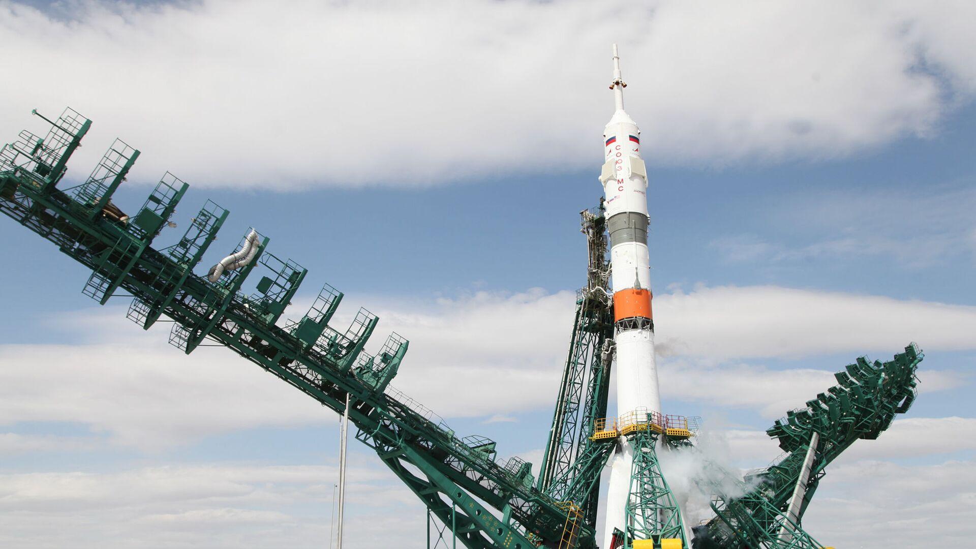 Nosnou raketu Sojuz 2.1a s pilotovanou lodí Sojuz MS-16 instalují na startovací ploše na kosmodromu Bajkonur - Sputnik Česká republika, 1920, 24.08.2021