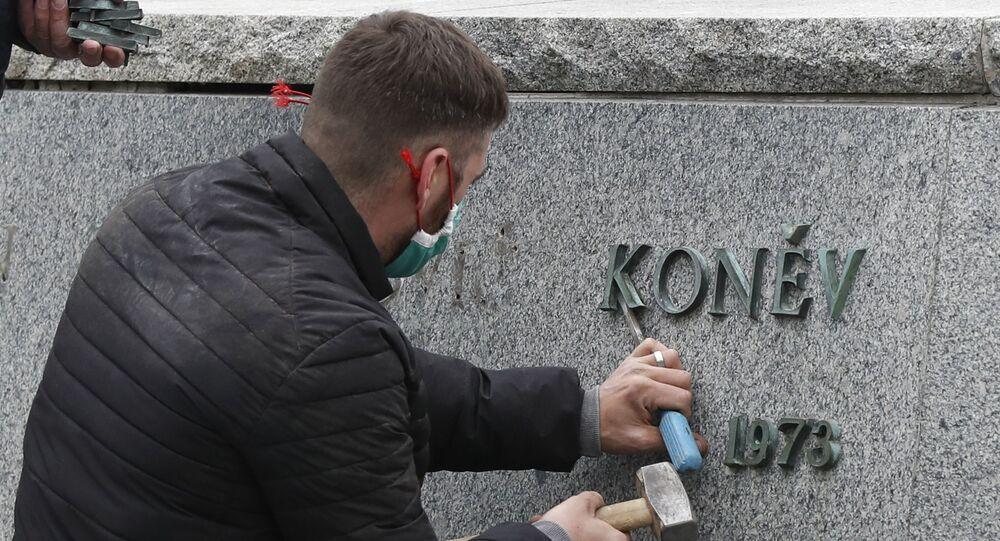 Demontáž pomníku maršála Koněva v Praze