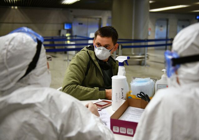 Lékaři na letišti v Moskvě