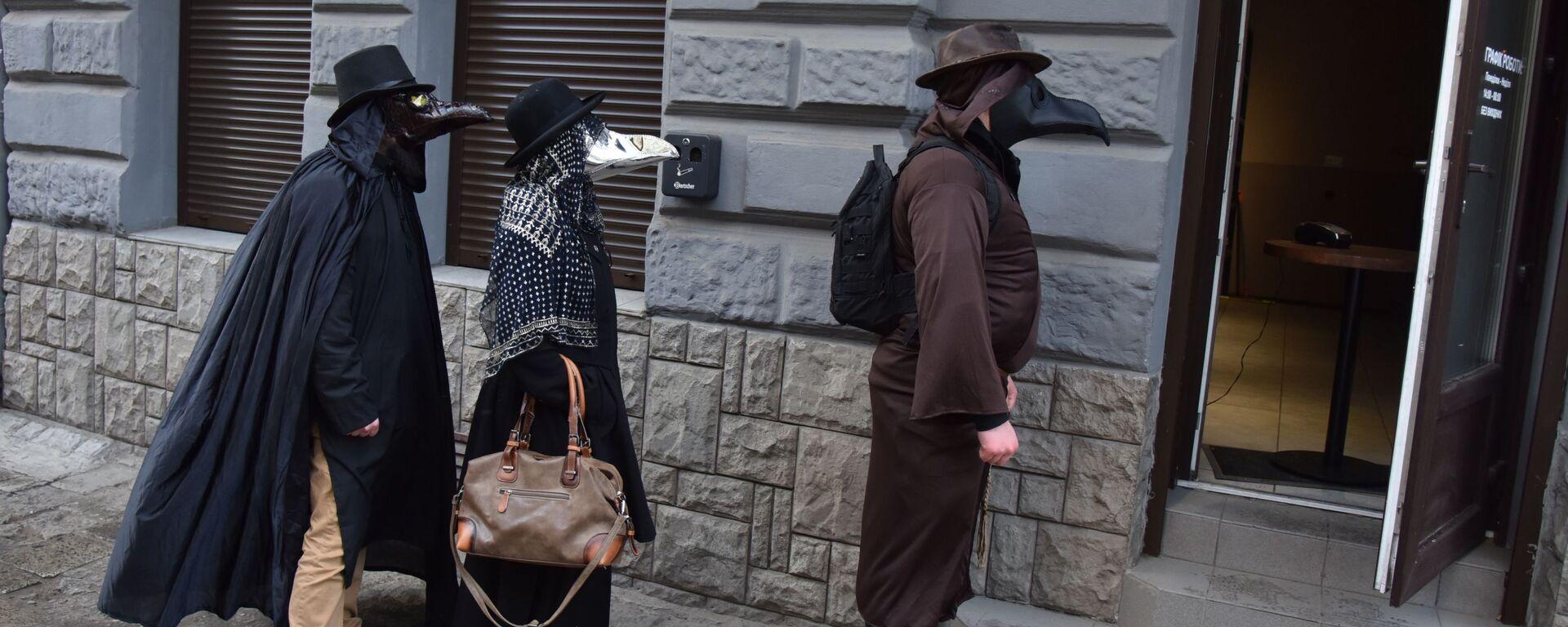 Lidé v kostýmech morových lékařů na ulici Lvova, Ukrajina - Sputnik Česká republika, 1920, 30.06.2021