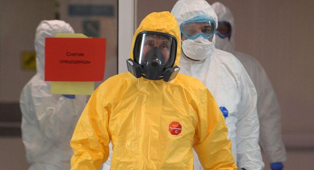 Ruský prezident Vladimir Putin v ochranném obleku navštívil nemocnici, kde leží pacienti s koronavirem