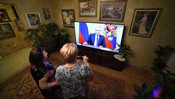 Obyvatelé Vladivostoku sledují projev ruského prezidenta Vladimira Putina - Sputnik Česká republika