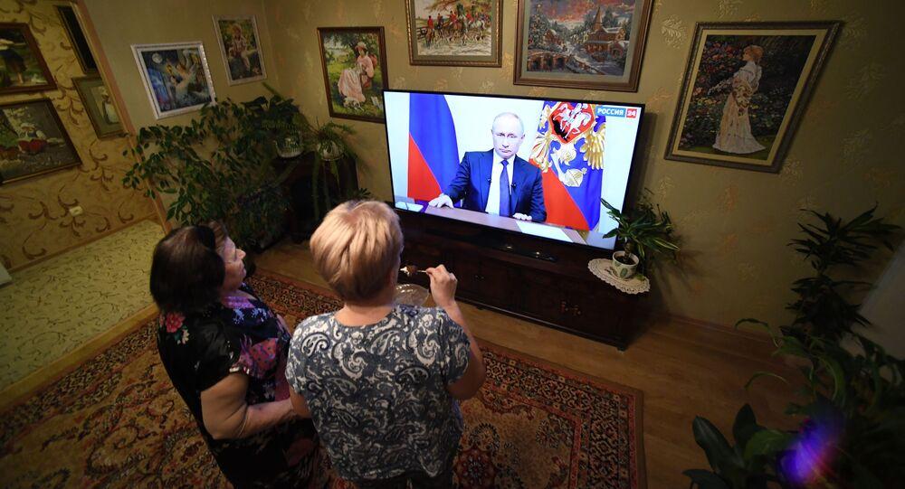 Obyvatelé Vladivostoku sledují projev ruského prezidenta Vladimira Putina